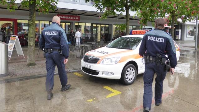 Zwei St. Galler Polizisten auf der Strasse.