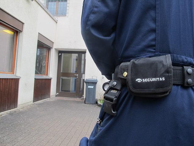 Securitas vor Eingangstüre