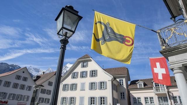 Blick auf eine Urner Flagge im Zentrum von Altdorf.