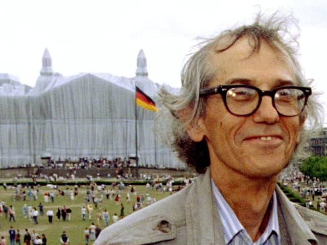 Christo 1995 vor dem verhüllten Reichstag.