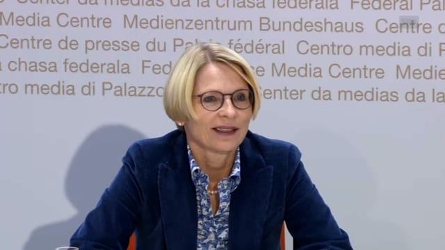 Livia Leu auf dem Podium des Medienhauses in Bern.