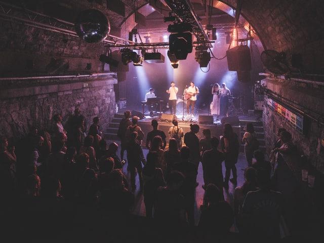 Mattiu Defuns e band en il club Le Romandie.