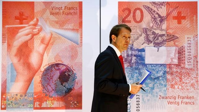 Fritz Zurbruegg von der SNB präsentiert die neue 20-Franken Noten.