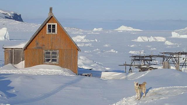 Ein eingeschneites Haus in Grönland.