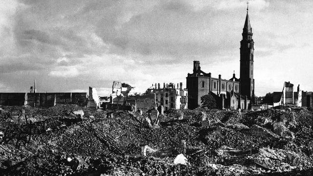 Trümmerfeld in Warschau nach der Zerstörung des Ghettos.