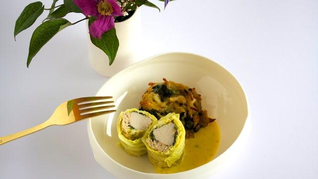 Kaninchenfilet im Wirzmantel mit Estragon-Senf-Sauce und Kartoffel-Vanillespinat-Tätschli.