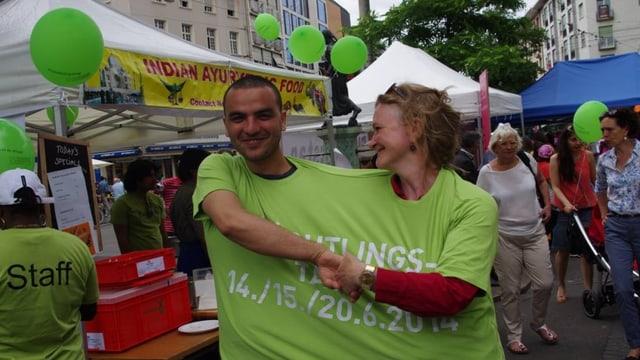 Ein «Dream-Team», zwei Personen stecken in einem gemeinsamen übergrossen T-Shirt.
