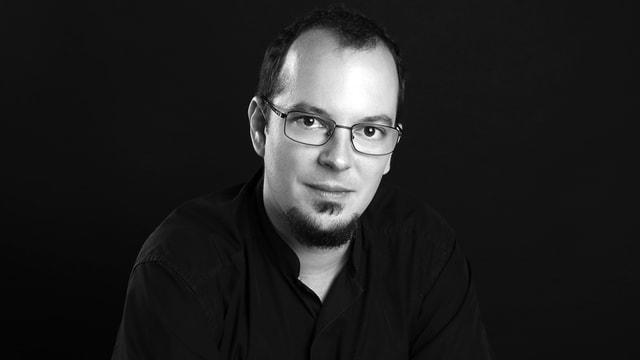 Portrait eines Mannes mit Brille in schwarzweiss.