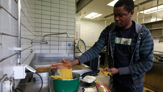 Ein Asylbewerber aus Eritrea in der Küche eines Übergangszentrums in Zürich