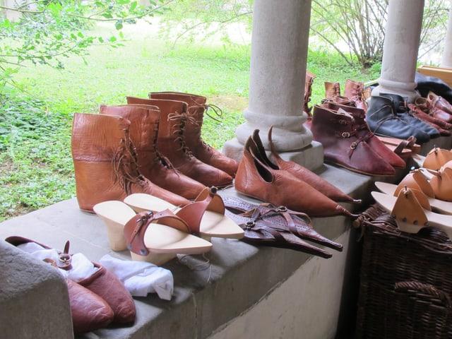 Schuhe aus dem Mittelalter aus Leder und Holz