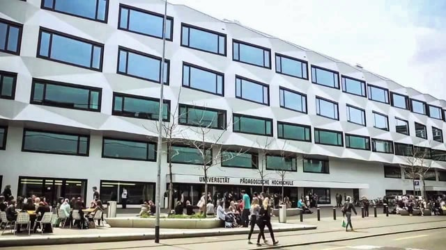 Gebäude der Universität mit vielen Studenten