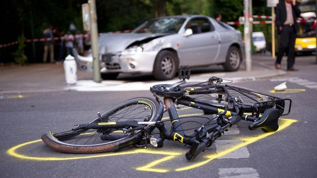Accident tranter in velo ed in auto. Il velo e rut per terra e l'auto ha in donn ed è pli davostiers.