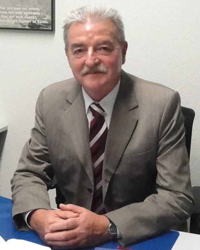 Walter Meier, Seelsorger und Pfarrer am Flughafen in Zürich-Kloten, sitzt an seinem Schreibtisch im Büro.