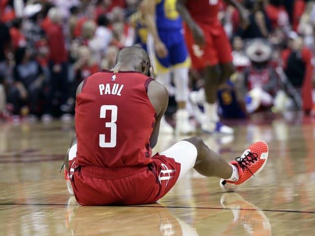 Chris Paul von Houston sitzt am Boden.