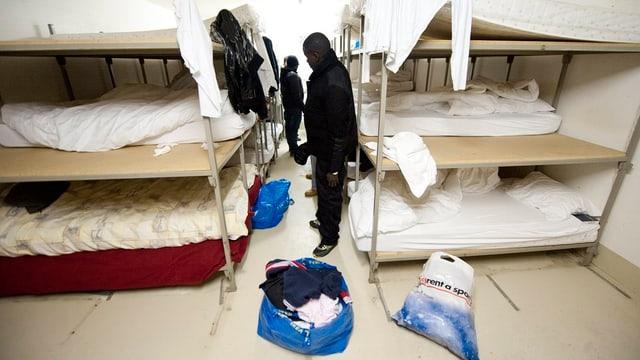 Asylsuchende im Schlafraum einer Unterkunft.