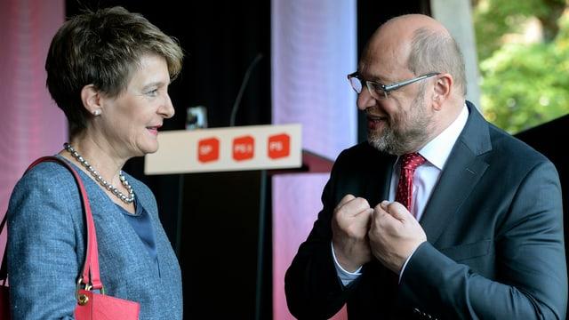 Bundespräsidentin Simonetta Sommaruga und EU-Parlamentspräsident Martin Schulz auf der Holzbrücke in Turgi.