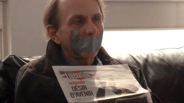 Nachinszeniert für den Spielfilm: der entführte Schriftsteller Michel Houellebecq mit zugeklebtem Mund.