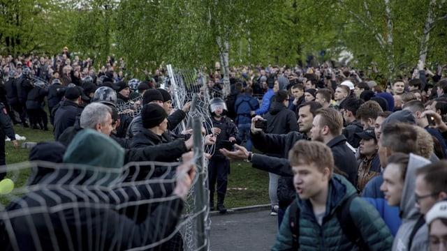 Demonstranten und Polizei.