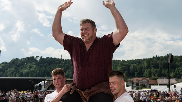 Christian Stucki wird als Festsieger gefeiert.