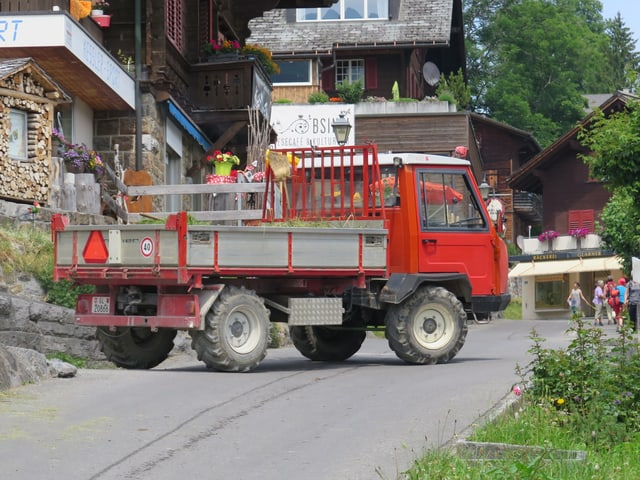 Dieselfahrzeug auf der autofreien Strasse in Braunwald