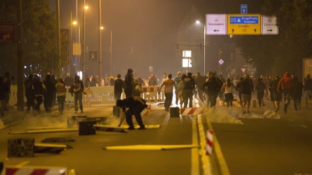 Rechtsradikale rennen eine Strasse hinunter