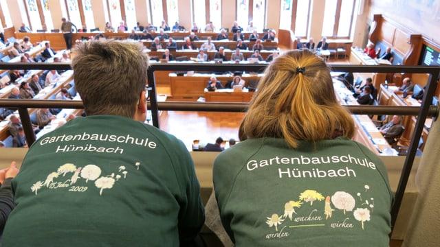 Zwei Lernende mit Gartenbauschule-T-Shirt auf der Tribüne des Rathauses