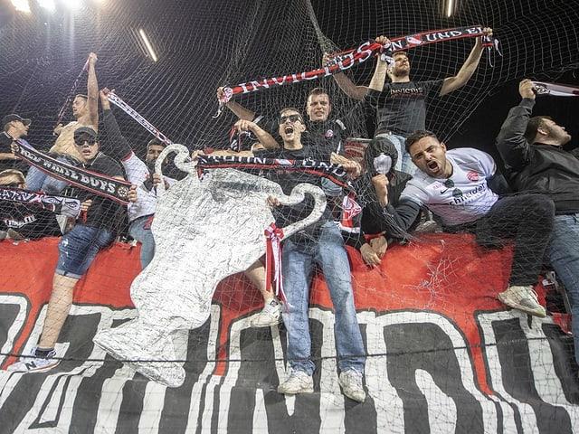 Thuner Fans mit einem Fake-Pokal