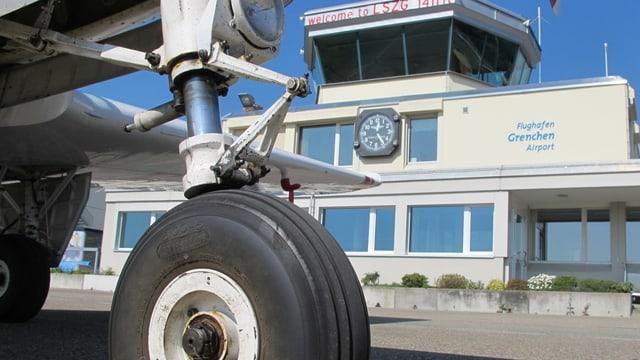 Bugraf eines Flugzeugs auf dem Flughafen Grenchen