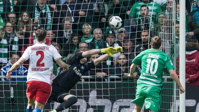 Werders Max Kruse (r.).
