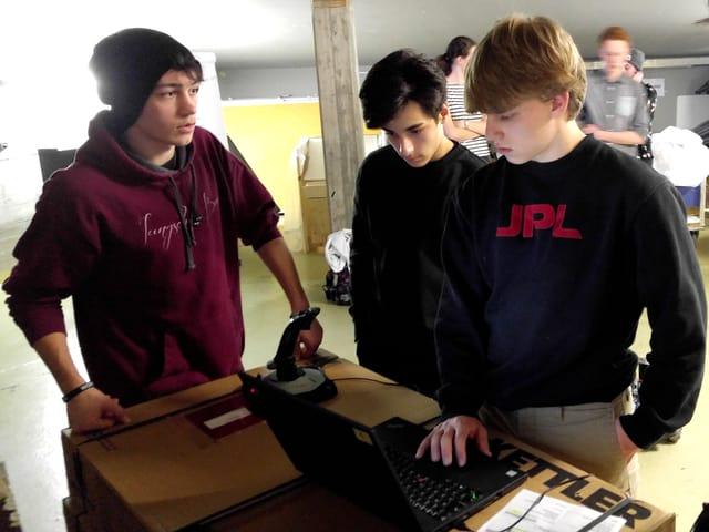 Im Team sind auch ältere Mentoren, fürs Programmieren bleiben die Jungen aber lieber unter sich.