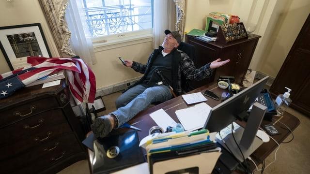Mann in Pelosi-Büro