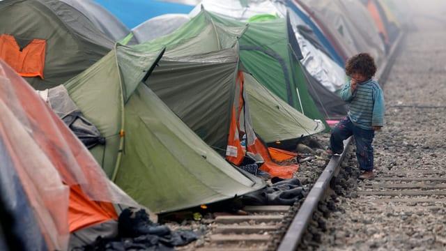 In buob dasper las tendas dals fugitivs.