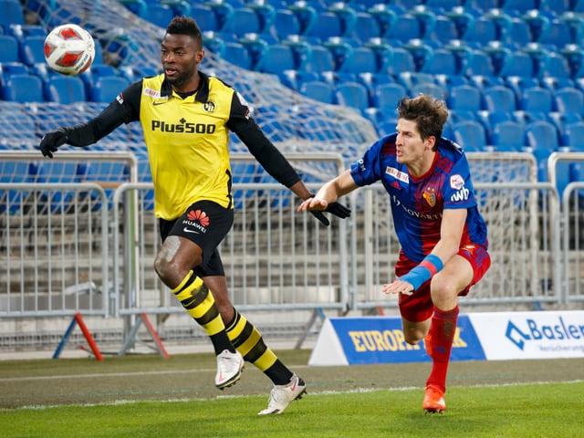 YB-Spieler Jean-Pierre Nsame lässt Basels Timm Klose stehen.