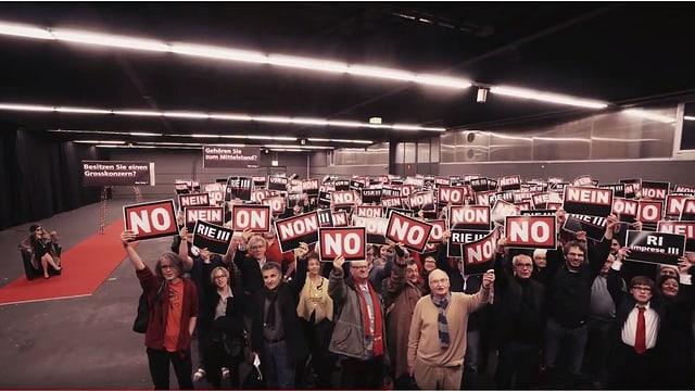 Links eine Frau im Pelz auf einem roten Teppich, rechts Dutzende Menschen mit «No!»-Schildern.