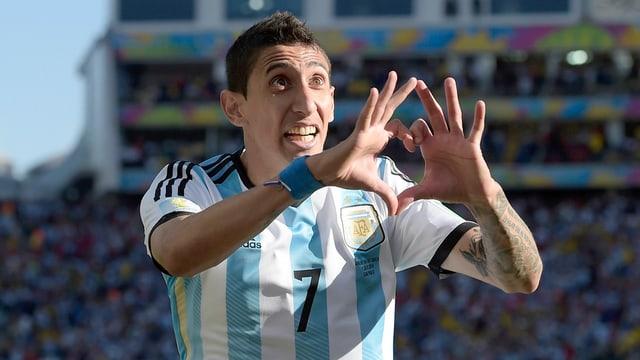Ein argentinischer Fussballer formt mit den Fingern ein Herz, die Augen hat er weit aufgerissen.