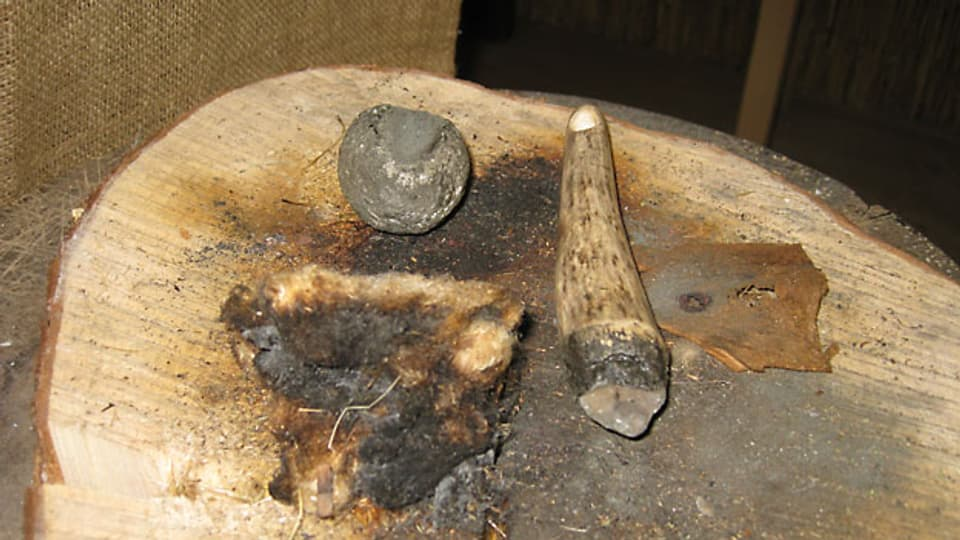Mit Zunder und Feuerstein machten die Pfahlbauer Feuer.