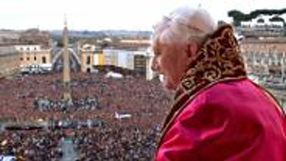 Papst Benedikt XVI. nach seiner Wahl am 19. April 2005.