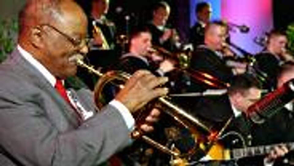 Clark Terry bei einem Konzert mit einer Jazz Navy Band im Jahr 2002.