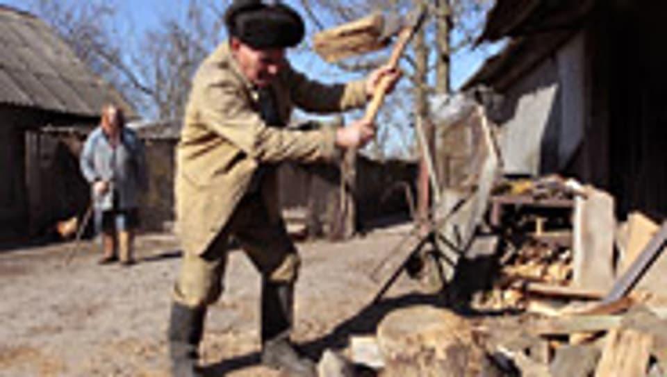 Zurückgekehrt: Ein älteres Ehepaar auf seinem Hof, 25 km von Tschernobyl entfernt.