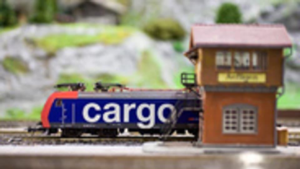 Lokomotive RE 482 der SBB-Cargo auf einer Modellbahnanlage.