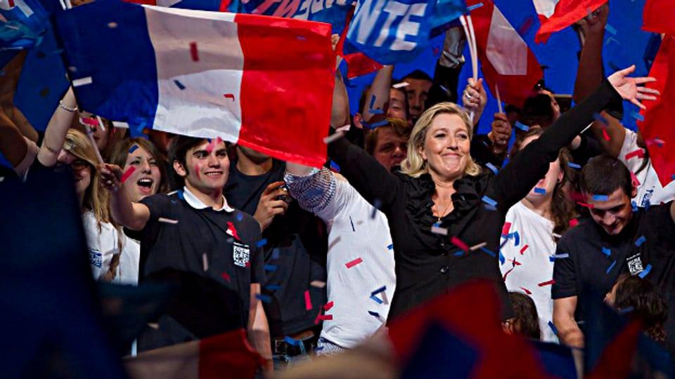 Parteichefin Marine Le Pen lässt sich von ihren Anhängern feiern.