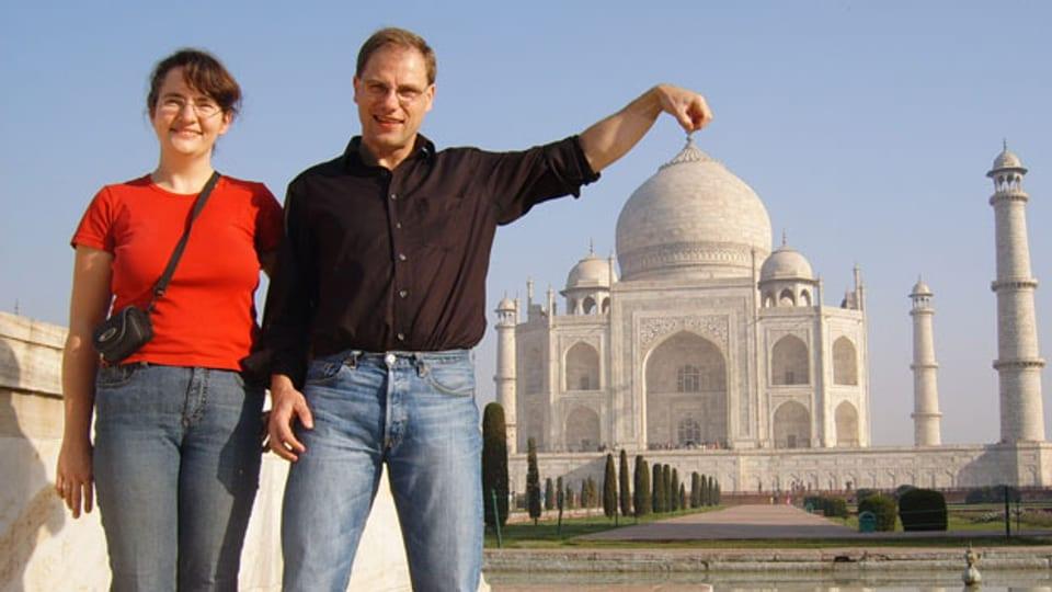 Dr. Peter Schmidt und seine Partnerin bei ihrer Lieblingsbeschäftigung, dem Reisen.