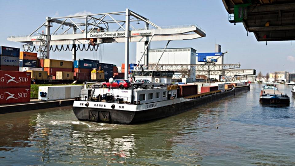 Containerschiff im Basler Rheinhafen.