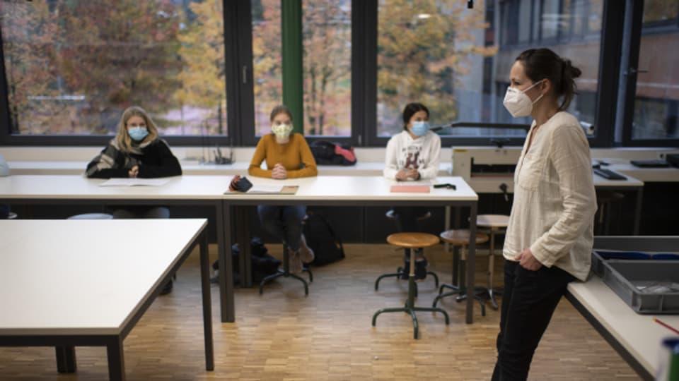 Lehrpersonen mit Maske: Die kantonale Vorgabe sei klar, heisst es beim Solothurner Lehrerverband.