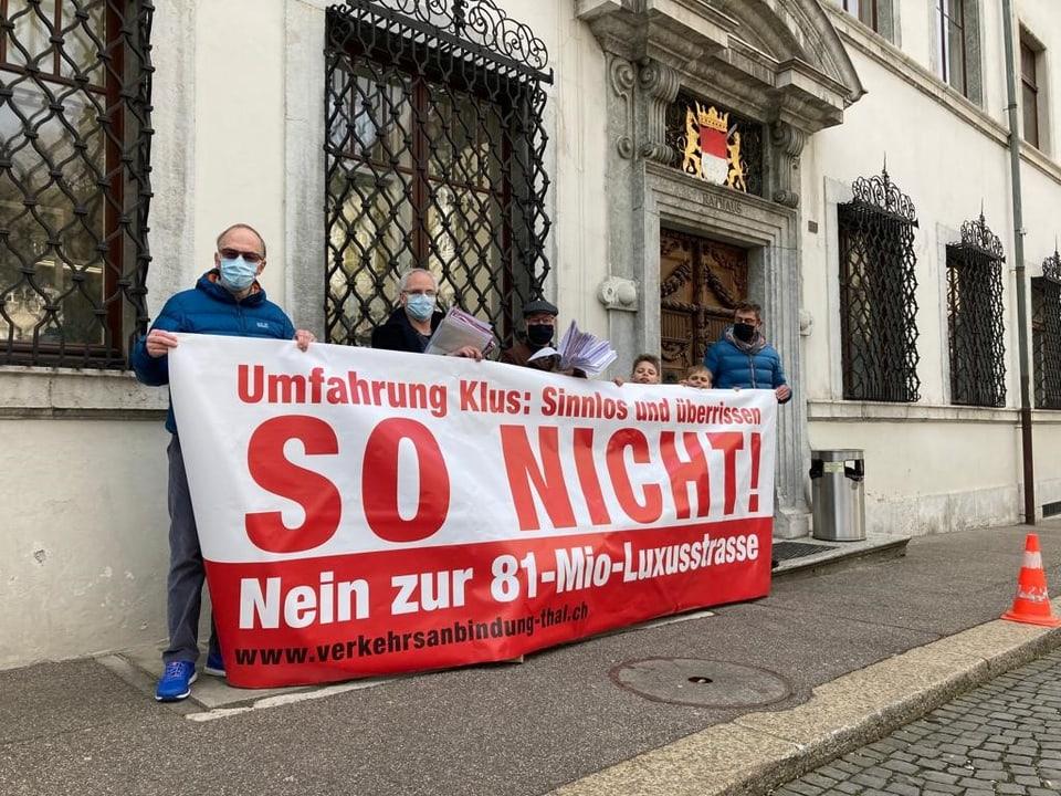 Am Dienstag, 13. April 2021, reichte ein Komitee in Solothurn die Unterschriften ein für das Referendum gegen die Umfahrung Klus/Balsthal.