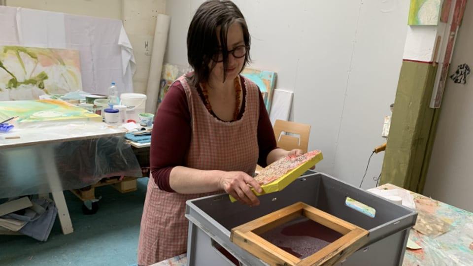 Die Aargauer Künstlerin Sabina Schwaar arbeitet mit selbst gemachtem Papier.