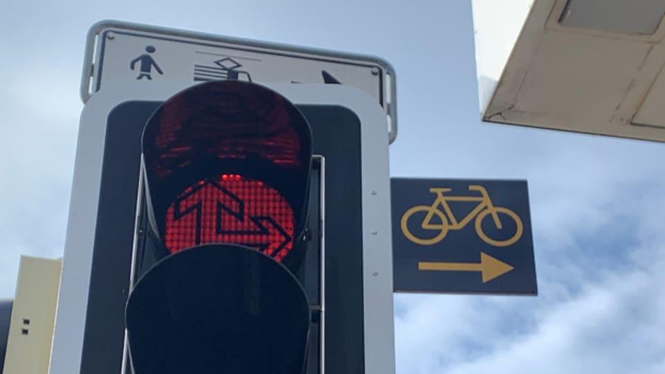 Dank dem Schild darf man auch bei Rot abbiegen.