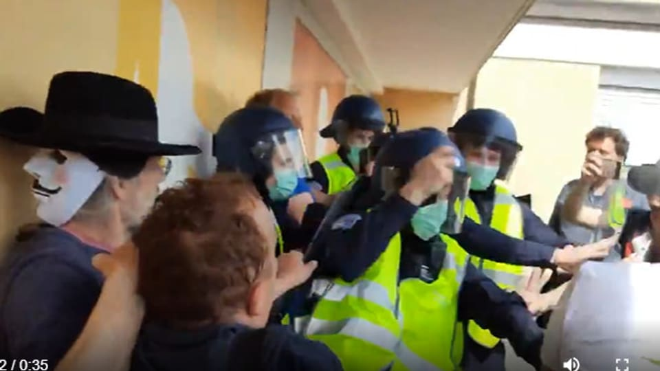 Demonstranten greifen die Polizei an und «befreien» einer der Ihren.