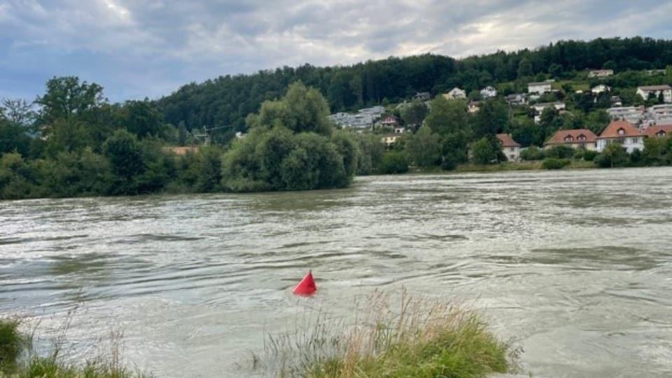 Die Flüsse sind voll, hier die Aare in Aarau am Samstag 10.7.2021. Die Polizei rät von Bootsfahrten auf Flüssen ab.