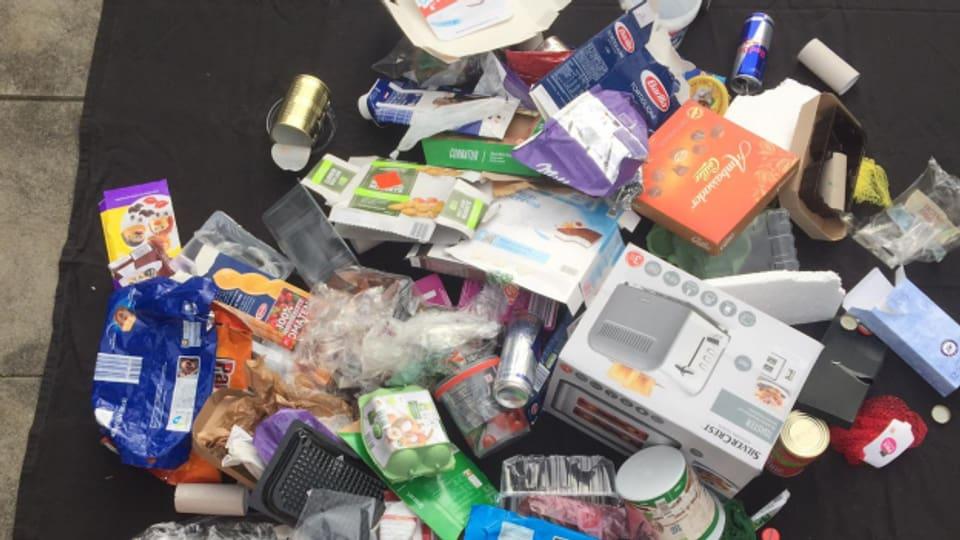 Abfall der entlang einer Autobahn eingesammelt wurde